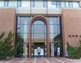 位于清华大学大礼堂北侧的图书馆