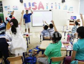 孩子们上课积极举行发言
